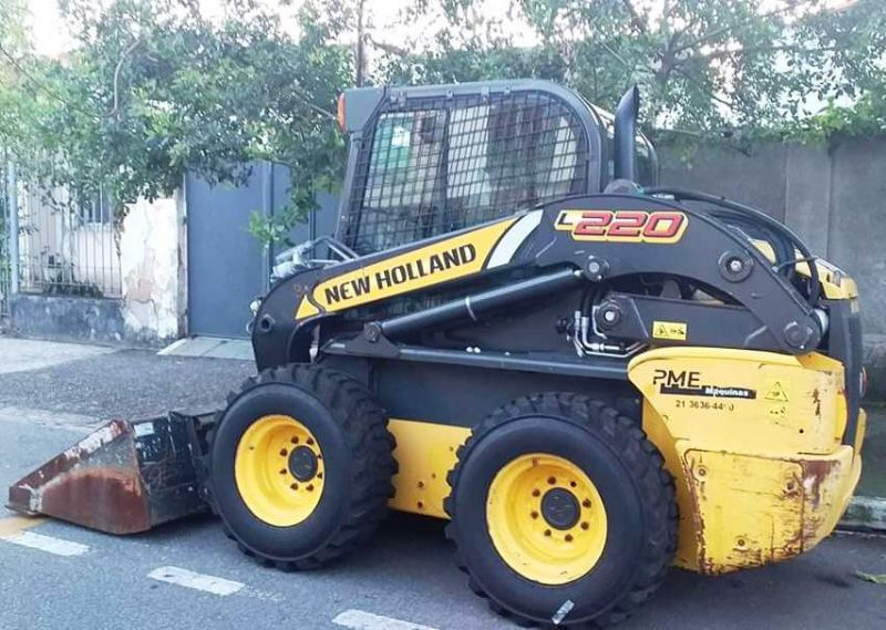 Mini Carregadeira NEW HOLLAND L220 - 20A114